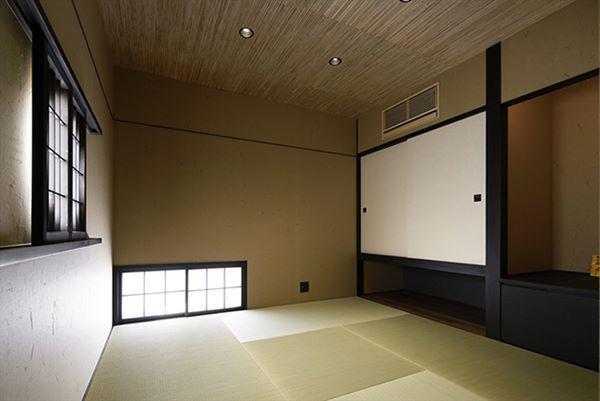 Phòng ngủ vẫn mang hơi hướng truyền thống Nhật Bản là không có giường, chỉ dùng chăn đệm trải trên sàn để ngủ vào buổi tối