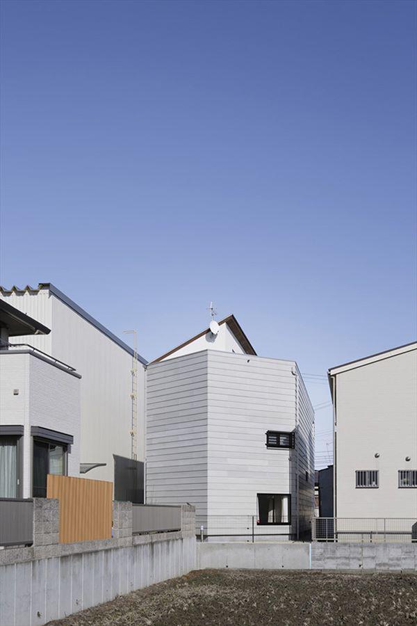 Căn nhà có sự khác biệt nhưng vẫn hòa chung với tổng thể kiến trúc của con phố