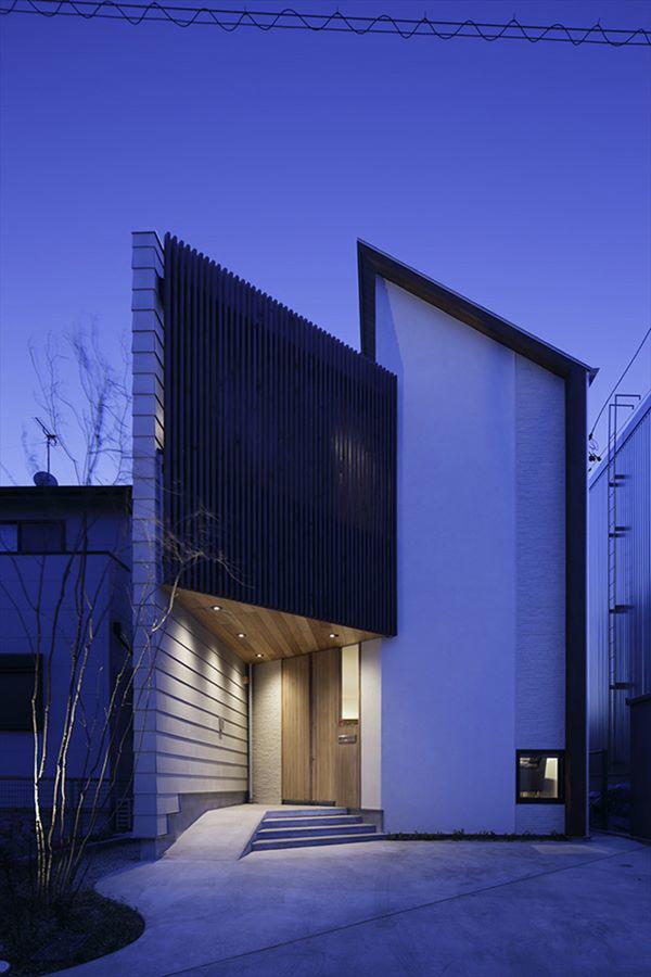Thiết kế ngoại thất của ngôi nhà khá tối giản nhưng vẫn trở nên nổi bật giữa khu phố