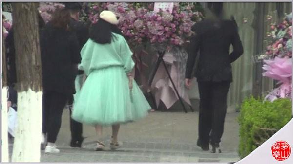 Cô cũng đi giày bệt trong khi vốn là tín đồ của giày cao gót.