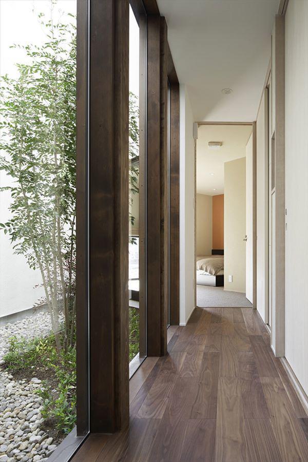 Không gian bên trong như được nối liền với thiên nhiên cây xanh bên ngoài