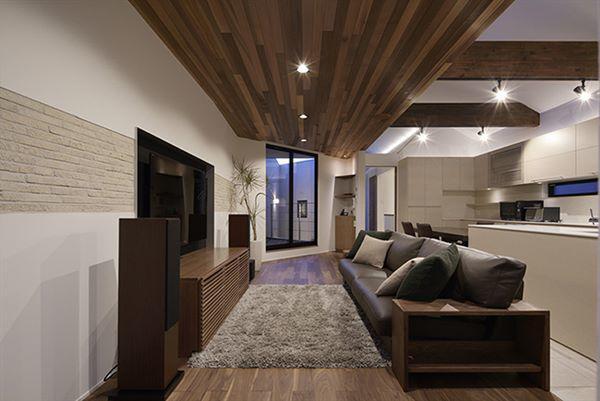 Phòng khách sử dụng phong cách nội thất hiện đại với màu sắc tinh tế, sang trọng