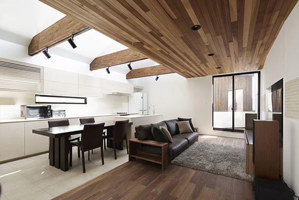 Phòng bếp liền kề phía sau giúp thuận lợi cho việc ăn uống và giải trí