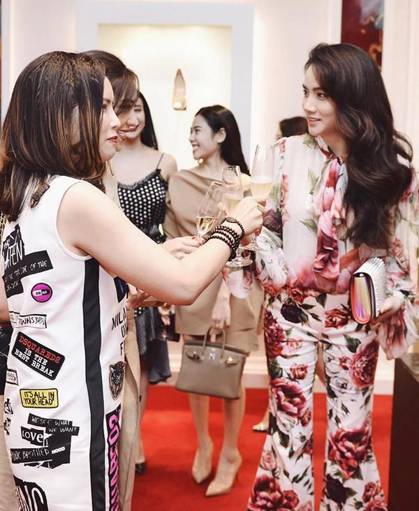 Trang Nhung được mời dự một sự kiện thời trang ở Hà Nội, tối 30/3. Cô vui vẻ hội ngộ nhiều bạn bè, fashionista trong đêm tiệc.