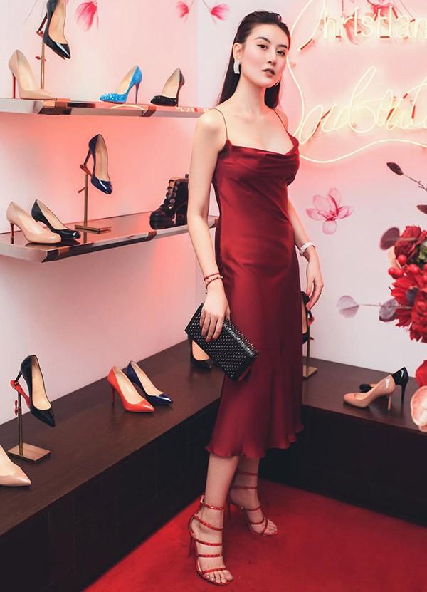 Hot girl Hà Lade gợi cảm trong thiết kế váy hai dây đỏ.
