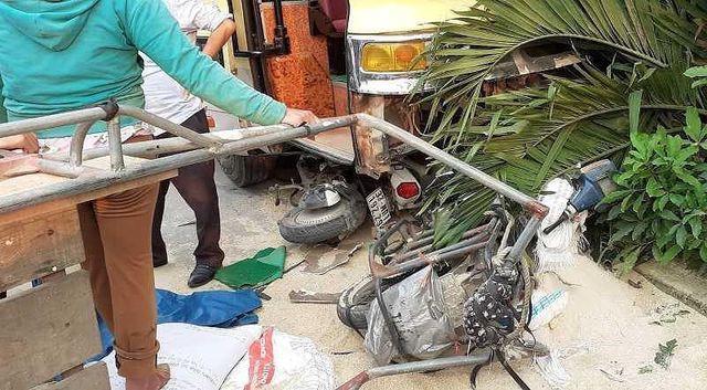 Xe máy điện, xe lôi chở lúa gạo của người dân bị xe khách tông vào gây hư hỏng nặng.