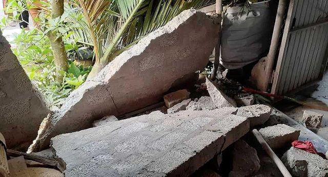 Chiếc xe khách tông sập bờ tường ki ốt một hộ dân.