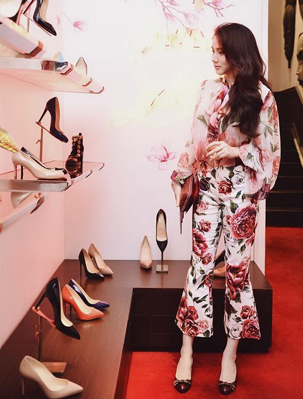 Diễn viên Scandal: Hào quang trở lại rất mê đồ hiệu. Cô tranh thủ ngắm nghía, chọn một đôi giày cao gót mới.