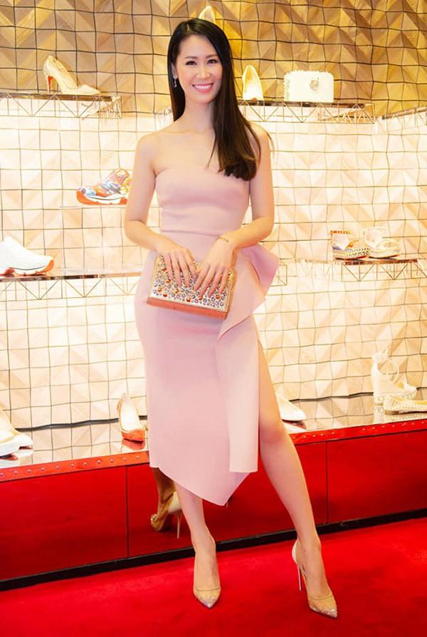 Hoa hậu Dương Thùy Linh khoe vai trần quyến rũ và vóc dáng thon thả trước ống kính.