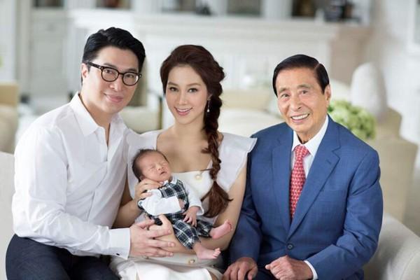 Vợ chồng Lý Gia Thành, Từ Tử Kỳ chụp ảnh cùng bố là ông Lý Triệu Cơ - tỷ phú Hồng Kông