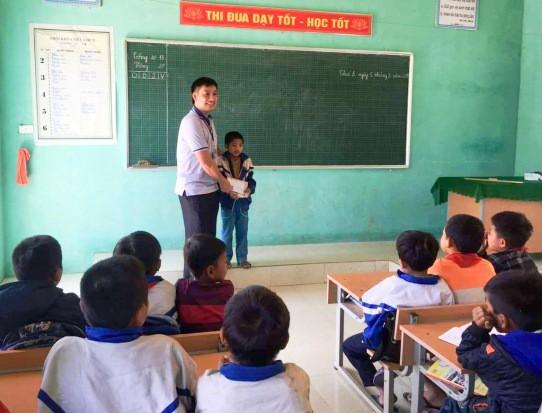 Trường Tiểu học Lượng Minh khen thưởng, biểu dương em Hoàng. ẢNH: Đ. T