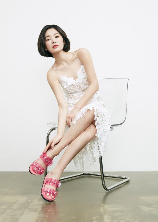 Song Hye Kyo làm mẫu quảng cáo cho một thương hiệu giày dép. Nữ diễn viên khoe vóc hạc với váy áo mỏng manh, nữ tính. Bất chấp thời gian, nhan sắc ngôi sao Hàn vẫn khiến khán giả ngưỡng mộ.
