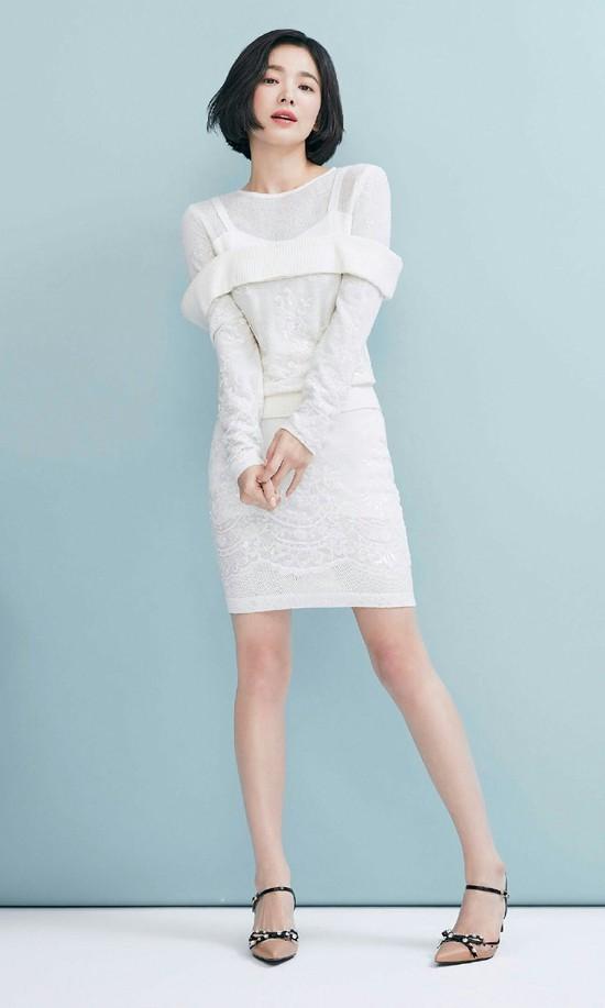 Song Hye Kyo giấu nhược điểm chiều cao khiêm tốn với váy ngắn bó sát điệu đà. Dính hàng loạt tin đồn thất thiệt về hôn nhân suốt thời gian qua nhưng ngôi sao Hàn chỉ im lặng, thay vì lên tiếng phản hồi.