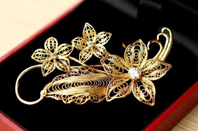 Trong hình là cài áo hoa lan vàng quà 8/3 được chế tác từ chất liệu bạc trắng nguyên chất và mạ vàng 24K.
