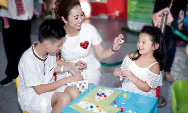 Hoa hậu Jennifer Phạm hạnh phúc bên 2 con chung -riêng.