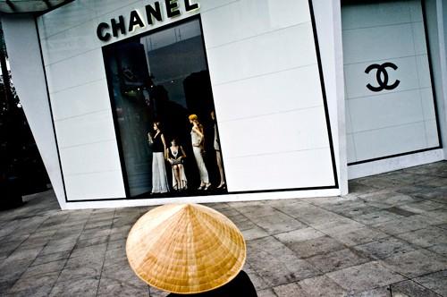 Bên ngoài một cửa hàng thời trang cao cấp tại Việt Nam. Ảnh: Bloomberg