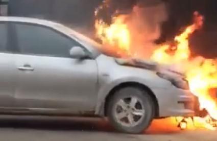 Chiếc xe cháy lớn ở phần đầu. Ảnh cắt từ clip.