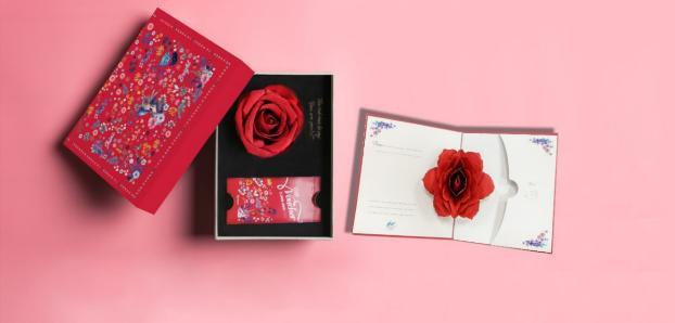 Bộ quà tặng 8/3 của VinMart vừa giá trị lại vô cùng lịch sự, trang nhã nhờ hộp hoa hồng được thiết kế một cách tinh tế, sang trọng.