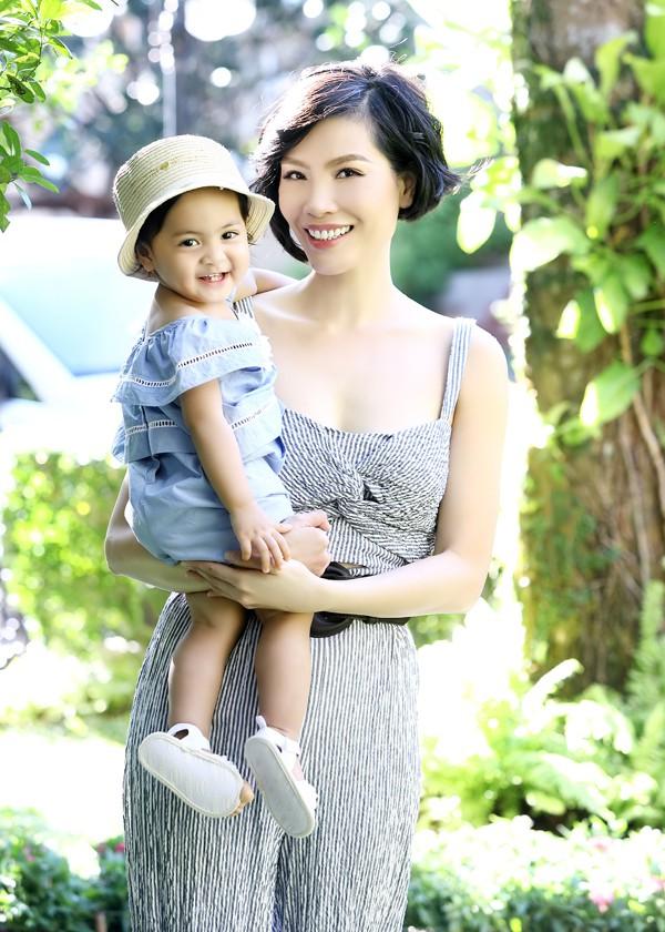Vũ Cẩm Nhung hiếm hoi tiết lộ không gian sống rộng 500 m2, đầy màu xanh của gia đình cô tại TP HCM. Cựu siêu mẫu vừa thực hiện bộ ảnh cùng con gái cưng - bé Vi Anh.