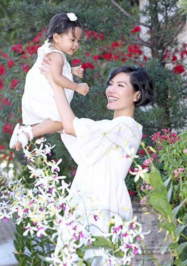 Vườn nhà người đẹp trồng nhiều loại hoa và cây cảnh. Những khi rảnh rỗi cô thích dắt con đi dạo trong khu vườn rộng, xuống hồ bơi thư giãn hoặc nằm chơi đùa trên thảm cỏ, tận hưởng cảm giác bình yên.