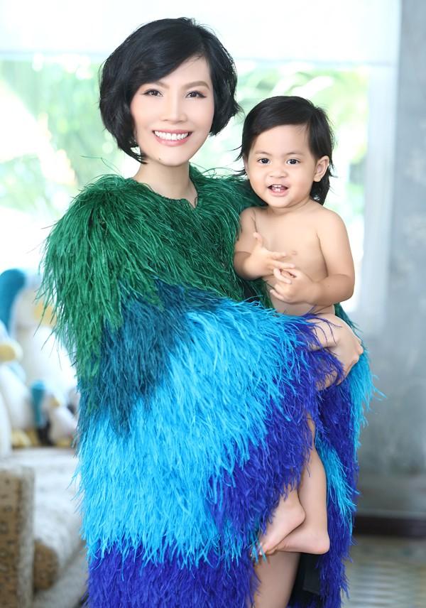Con gái Vũ Cẩm Nhung có gương mặt giống hệt bố nhưng tính cách mạnh mẽ, lém lỉnh giống mẹ.