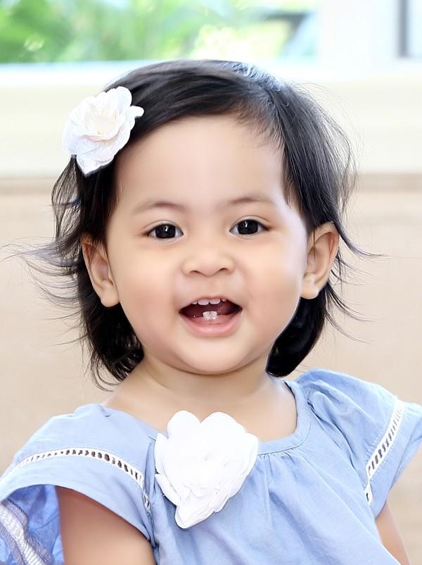 Con gái Vũ Cẩm Nhung tỏ ra dạn dĩ, hào hứng khi thấy ống kính máy ảnh.