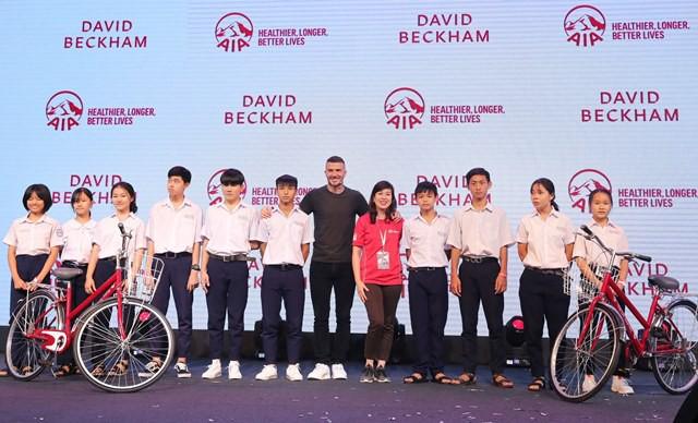 David Beckham tặng xe đạp cho trẻ em làng SOS.