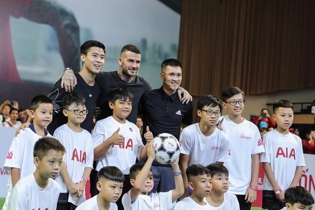 David Beckham giao lưu và chụp hình với cầu thủ Duy Mạnh (U23 Việt Nam) và cựu cầu thủ Lê Công Vinh.
