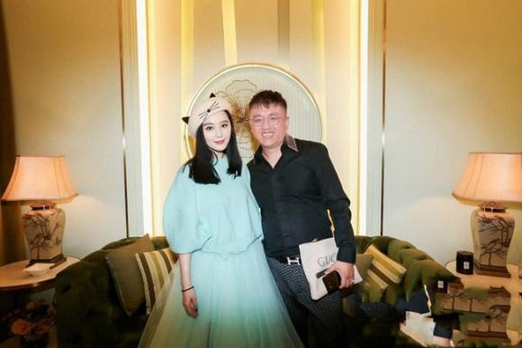 Phạm Băng Băng vui vẻ chụp hình với khách mời trong hậu trường