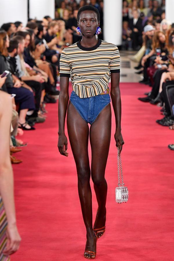 Tuy có thiết kế cực kỳ nhạy cảm cùng mức giá khó tin nhưng chiếc quần lại gây sốt với giới mộ điệu.
