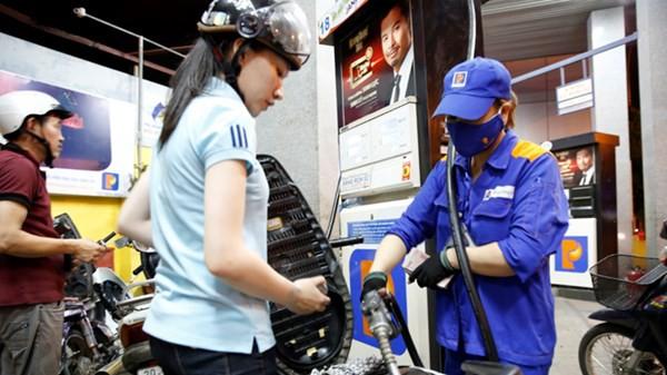 """Nhiều doanh nghiệp xăng dầu than """"lỗ"""" do từ đầu năm đến nay chỉ được tăng giá một lần cho dù giá thế giới trên đà tăng cao."""