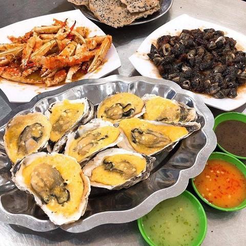 Hải sản: Đến vùng biển, bạn không thể bỏ qua thiên đường ẩm thực với vô vàn món ăn làm từ hải sản. Để thưởng thức đồ biển giá rẻ lại đảm bảo độ tươi ngon, bạn nên tìm hiểu trước những quán ăn nổi tiếng, uy tín, được người địa phương ưa chuộng nhất ở Nha Trang. Ảnh: Foody.