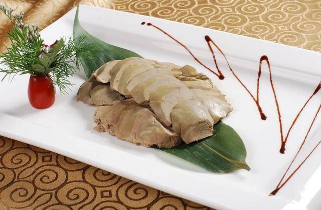 """Nhưng trên hết, chính quá trình nuôi ngỗng khác biệt đã tạo ra những miếng gan có hương vị tuyệt hảo. Những con ngỗng được nuôi trong một môi trường rất """"tàn khốc"""". Chúng được vỗ béo, cho ăn nhiều lần trong ngày và hạn chế sự di chuyển, chính vì thế gan của chúng trở nên to hơn và chứa nhiều chất béo. Mặc dù foie gras rất ngon nhưng quá trình nuôi ngỗng quá tàn nhẫn nên món ăn này bị lên án rất gay gắt."""