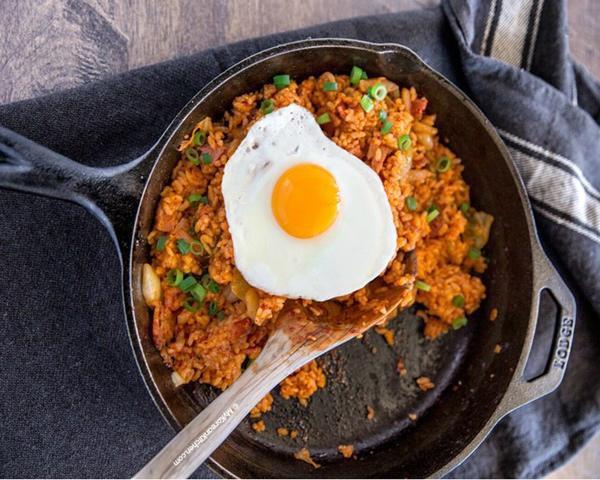 Chẳng cần sang Hàn Quốc, ngay tại nhà bạn cũng có cơm rang kim chi ăn rồi!