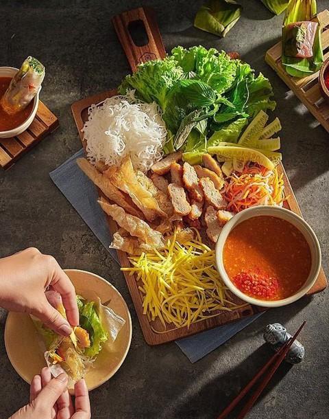 Nem nướng Nha Trang: Nem nướng là một trong những đặc sản nổi tiếng của vùng biển Nha Trang. Dù món ăn này có mặt ở khắp mọi miền từ Bắc vào Nam, bạn cũng nên nếm thử một lần hương vị đúng chuẩn trên mảnh đất nguồn cội của nem nướng. Ảnh: Thienphu1608.