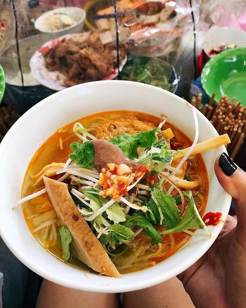 Bún chả cá Đà Nẵng nổi tiếng với vị ngọt thanh của rau, củ, quả và vị đậm đà của nước lèo. Ngoài những loại rau sống ăn kèm, món ăn này không thể thiếu ớt tỏi giã và hành ngâm giấm đường. Ảnh: lam.thuy308, thanhhiendinhh.