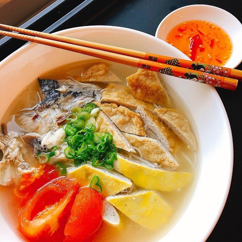 Bánh canh chả cá: Bánh canh chả cá là món ăn được bán rất nhiều ở Nha Trang. Bạn có thể lựa chọn phần topping là chả cá hấp hoặc chiên theo sở thích bản thân. Độ mềm, dai của miếng chả, vị ngọt của cá, đậm đà của nước dùng kết hợp cùng bánh canh, tất cả hòa quyện lại, tạo nên hương vị khiến bao người khó lòng bỏ qua. Ảnh: Nguyenthao888, Vyhng11.