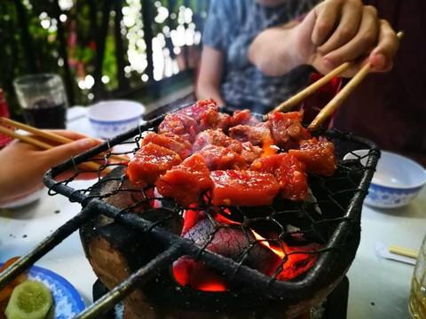 """Bò nướng Lạc Cảnh: Bò nướng Lạc Cảnh dường như là món ăn đặc sắc ở Nha Trang, đến độ nhiều du khách vẫn nói vui rằng: """"Đến Nha Trang mà chưa ăn bò nướng Lạc Cảnh thì mới biết Nha Trang có một nửa"""". Thương hiệu của món ăn trứ danh này đã tồn tại lâu đời với hơn 40 năm kinh nghiệm chế biến trên xứ biển, được rất nhiều người dân địa phương biết đến. Ảnh: _P_jams_."""