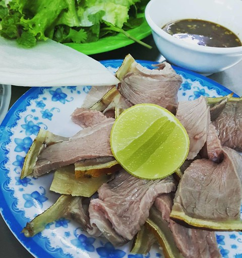 Bê thui cầu Mống, hay còn gọi là bò tái cầu Mống, là món ăn nổi danh ở Đà Nẵng. Nghệ thuật thui bê gần như là một bí truyền. Miếng thịt bê khi đưa ra khỏi lò phải đạt đủ 2 tầng thịt tái, chín rõ rệt. Phần bì phải chín đến độ trong suốt nhưng cũng phải giòn, mềm vừa phải. Mắm phải là loại mắm cá cơm nguyên ngon, pha thêm đường, ớt và tỏi băm nhuyễn cùng gừng, vừng. Món này ăn kèm với các loại rau sống như tía tô, xà lách, khế chua và chuối thái lát mỏng. Ảnh: hufilo, anna.nguyen1204.