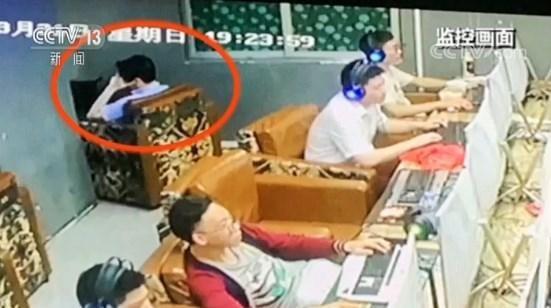 Người đàn ông trong camera ghi lại luôn chống tay trái đỡ đầu