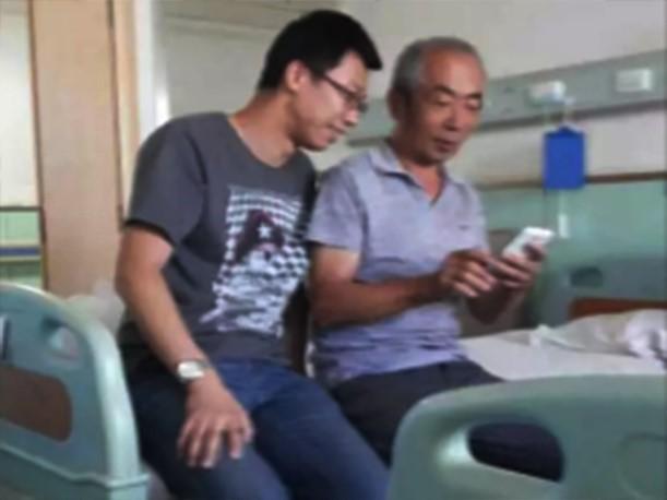 Nguyên Nguyên vừa chăm lo việc nhà, vừa đi làm kiếm tiền, vừa chăm bố vợ bị ung thư phổi trong viện