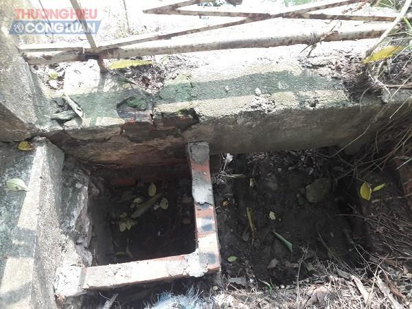 Hố gạch này được PV chụp lại ngày 08/4/2019 tại vị trí góc tường rào, bên phải hội trường Huyện ủy - vị trí này phù hợp với nội dung báo cáo của văn phòng UBND huyện Phú Xuyên