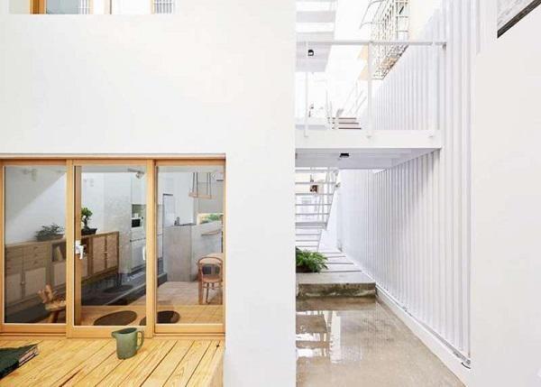 Tầng trệt của căn nhà có diện tích khoảng 36m2, toàn bộ cầu thang cũ bên trong nhà đã được phá bỏ, cầu thang mới phía cạnh nhà được thay thế, đây cũng là điểm khiến căn nhà trở nên khác biệt và độc đáo hơn. Bàn ghế và nội thất hầu như là gỗ sáng màu phù hợp với màu trắng chủ đạo của căn nhà, được sắp xếp thông minh và tiện lợi sao cho không gian sinh hoạt của các thành viên không bị giới hạn trong diện tích nhỏ.