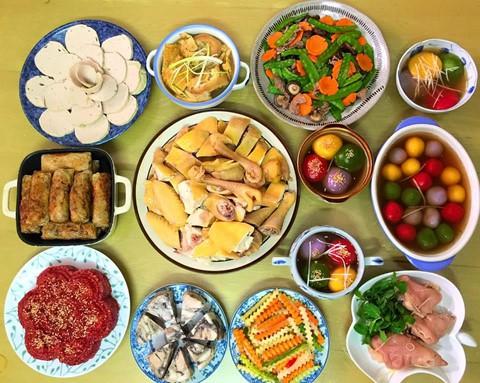 Nếu gia đình bạn chưa có dịp thưởng thức bánh trôi, bánh chay vào dịp Tết Hàn thực vừa rồi, có thể dành thời gian 3 ngày nghỉ lễ làm món bánh nhiều màu sắc cùng mâm cơm truyền thống chiêu đãi cả nhà. Gà luộc, nem rán, xôi gấc, giò chả, bò xào... là những món quen thuộc nhưng không phải lúc nào bạn cũng có thời gian chuẩn bị, những ngày nghỉ hiếm hoi cả nhà bạn có thể cùng nhau chế biến và thưởng thức những món ăn truyền thống này.