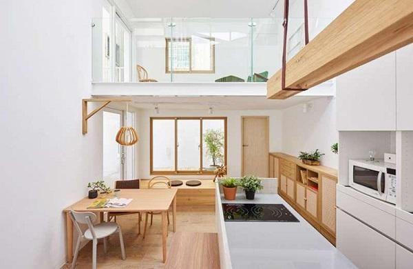 Gian bếp khá tiện nghi và hiện đại, được bố trí tách biệt với không gian sinh hoạt và nghỉ ngơi. Ngay sau nhà còn có một khoảng sân rộng, rất phù hợp cho những ai có sở thích trồng cây, hoa, làm vườn hay là không gian vui chơi hợp lý cho nhà có trẻ nhỏ.