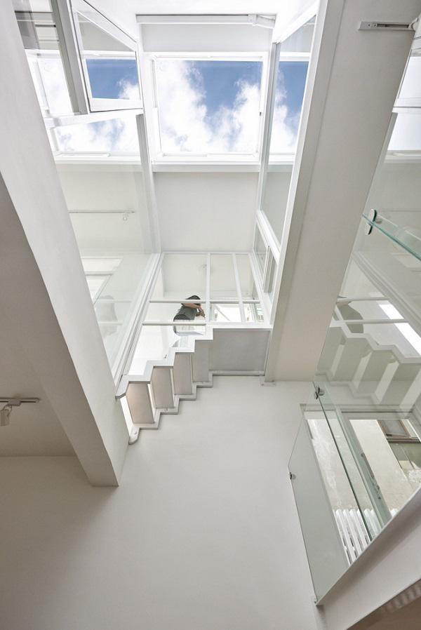 Điều khiến căn nhà trở nên đặc biệt là thiết kế thành hai bên nhà ở nối với nhau bằng một cầu thang nhỏ.