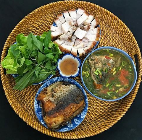 Từ thịt ba chỉ heo và cá, bạn sẽ chế biến được bữa ăn ngon miệng đẹp mặt với các món thịt heo quay, c á rán, đ ầu cá nấu canh chua. Thịt ba chỉ với lớp bì giòn tan, cá rán thơm phức, đầu cá ngọt thịt cùng nước dùng chua chua... tạo nên thực đơn chuẩn vị nhà làm sau nhiều ngày bận rộn bạn phải dùng bữa với đồ ăn nhanh.