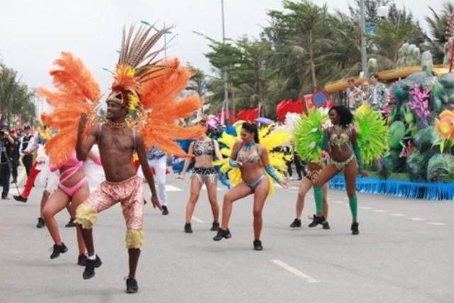 Màn trình diễn mới lạ thu hút đông đảo người dân đến xem