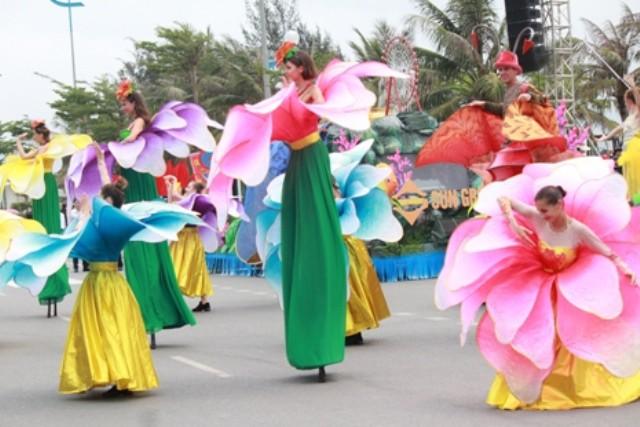 Những vũ công chuyên nghiệp biễu diễn trên đường phố Sầm Sơn