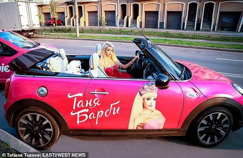 Tatiana Tuzova làm tóc, ăn mặc giống hệt búp bê Barbie. Ảnh: The Sun.